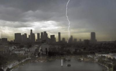 18日的雷暴:一记闪电将树打着火 恐怖!