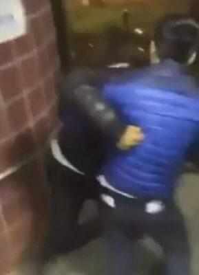 华裔外卖小哥送餐时莫名遭殴打 愤怒还击!