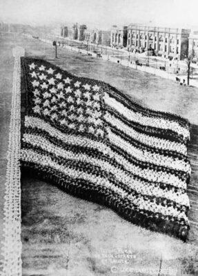 1917年,10000名美国水兵组成一面美国国旗